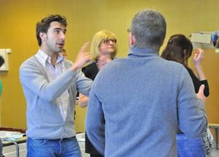Jonathan Perrein anime un atelier d'enseignement de l'anglais par le théâtre pour Koalako