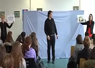 Représentation de Murder at Wimbledon par The Bear Educational Theatre dans un collège alsacien