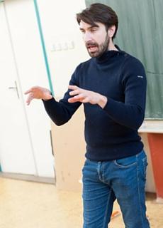 Jonathan Perrein anime pour Koalako un atelier théâtre en anglais auprès d'élèves de collège